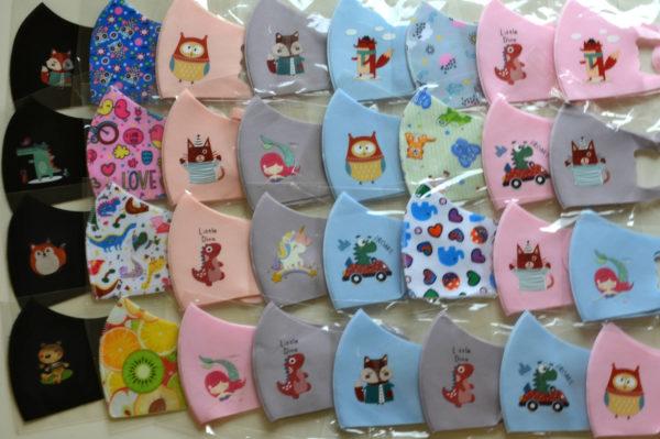 Set aus 5x Mund-Nasen-Masken für Kinder in Gr. 2 (siehe Größenskizze) mit zauberhaften Designs. Die Farben und Muster werden zufällig und abwechslungsreich zusammengestellt.